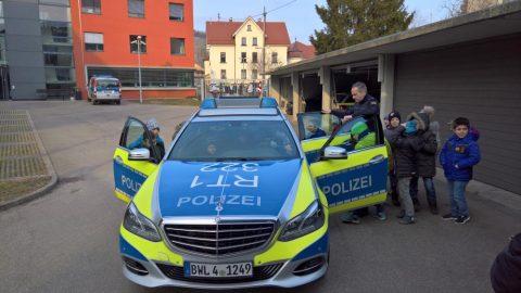 Warum habt ihr Polizisten eigentlich solche Mützen auf dem Kopf?