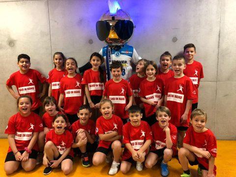 Zweitklässler der Neugreuthschule Metzingen als Einlaufkinder beim TVB Stuttgart